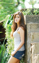 attractive-lao-girl-in-short-denim-jeans-3a.jpg