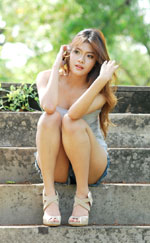 attractive-lao-girl-in-short-denim-jeans-7a.jpg
